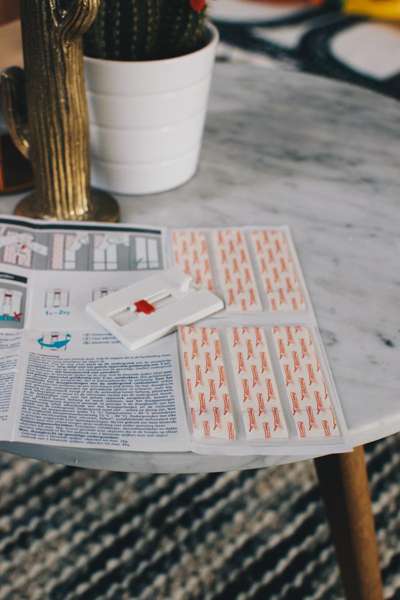 bilder ohne bohren unser wohnbereich mit dem tesa klebenagel im test. Black Bedroom Furniture Sets. Home Design Ideas